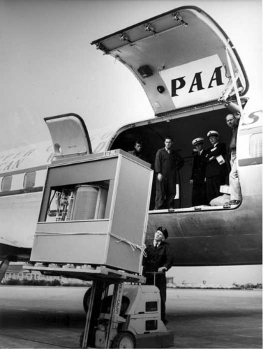 Загрузка первого жесткого диска в 5 МБ в самолет PanAm, 1965 год.