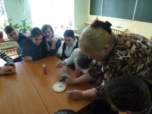 День опытов и экспериментов  8 класс Были  показаны опыты: 1. Вулкан на коленке 2. Молоко и красители 3. Неньютоновская жидкость