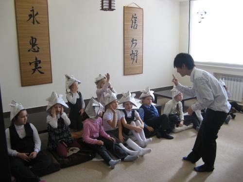 Кохи из Японии ведет урок японской культуры