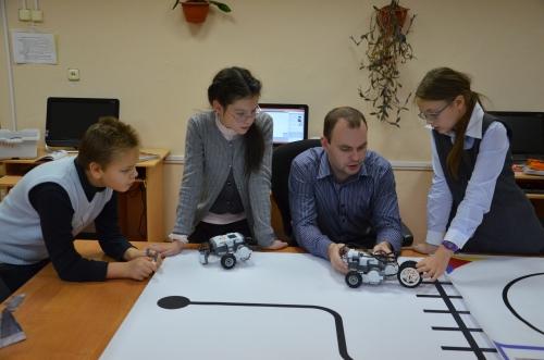 Занятие с учениками школы по Робототехнике ведет зам.дир по ИКТ Грицай А.Е.