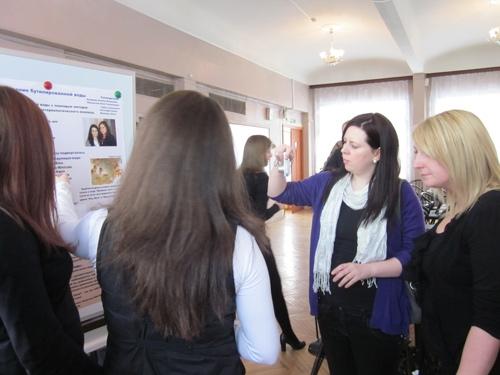 Гости из Великобритании проявили большой интерес к постерным докладам учащихся