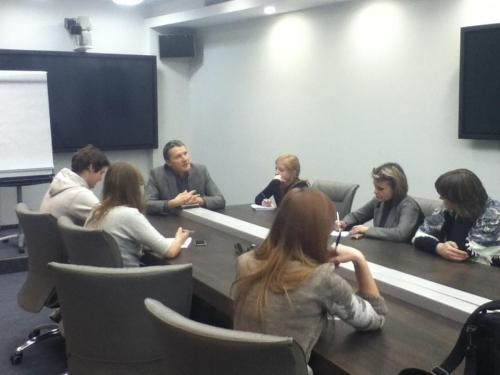 Слушаем Михаила Попова, который рассказывает участникам стажировки секреты написания хороших текстов @schoolnano pic.twitter.com