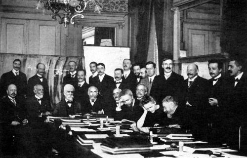 Сольвеевский конгресс 1911 г. Мария Кюри слушает Анри Пуанкаре