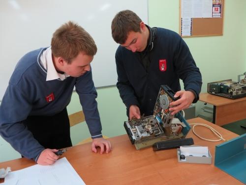 Разборка дисковода учениками 11 класса лицея № 17 г. Калининграда